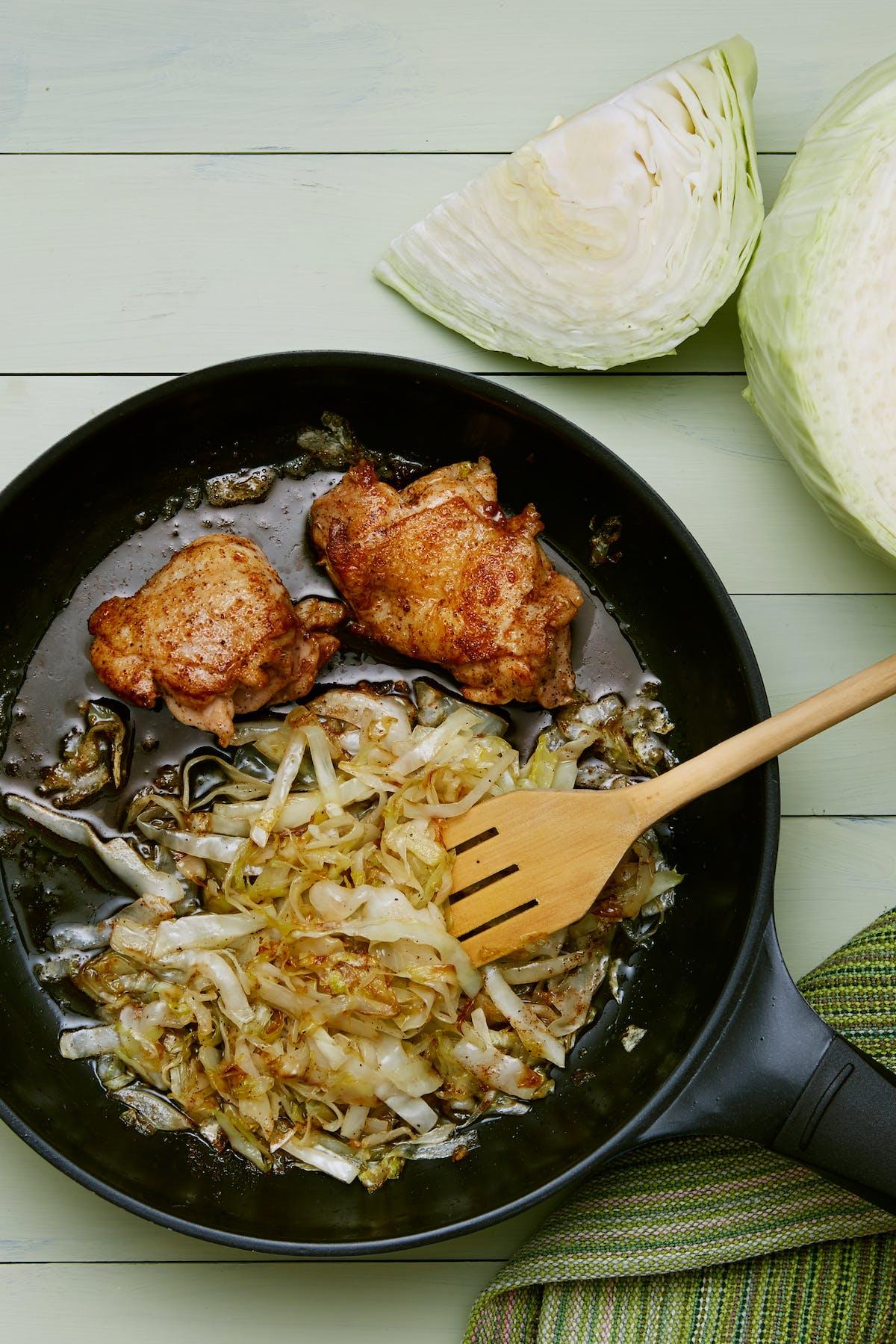 Pollo y repollo frito