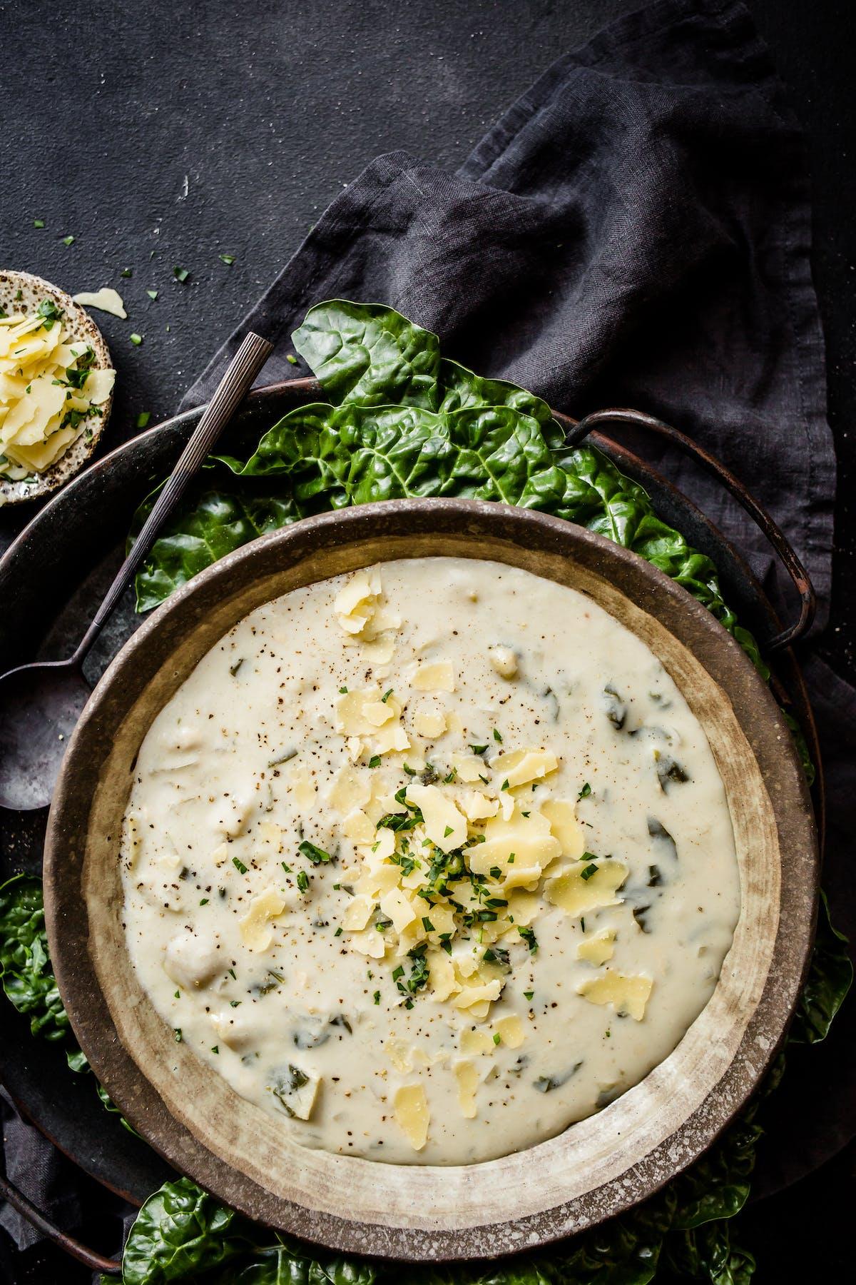 Sopa baja en carbos de espinaca y alcachofa