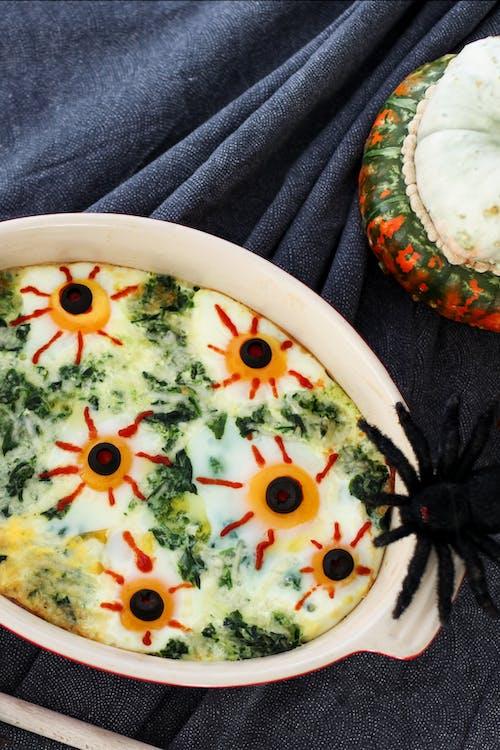 Cazuela keto de huevos con forma de ojos