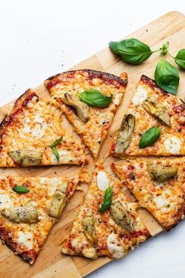 Pizza baja en carbos de coliflor con alcachofas