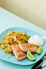 Salmón keto con sésamo y repollo al curry tailandés