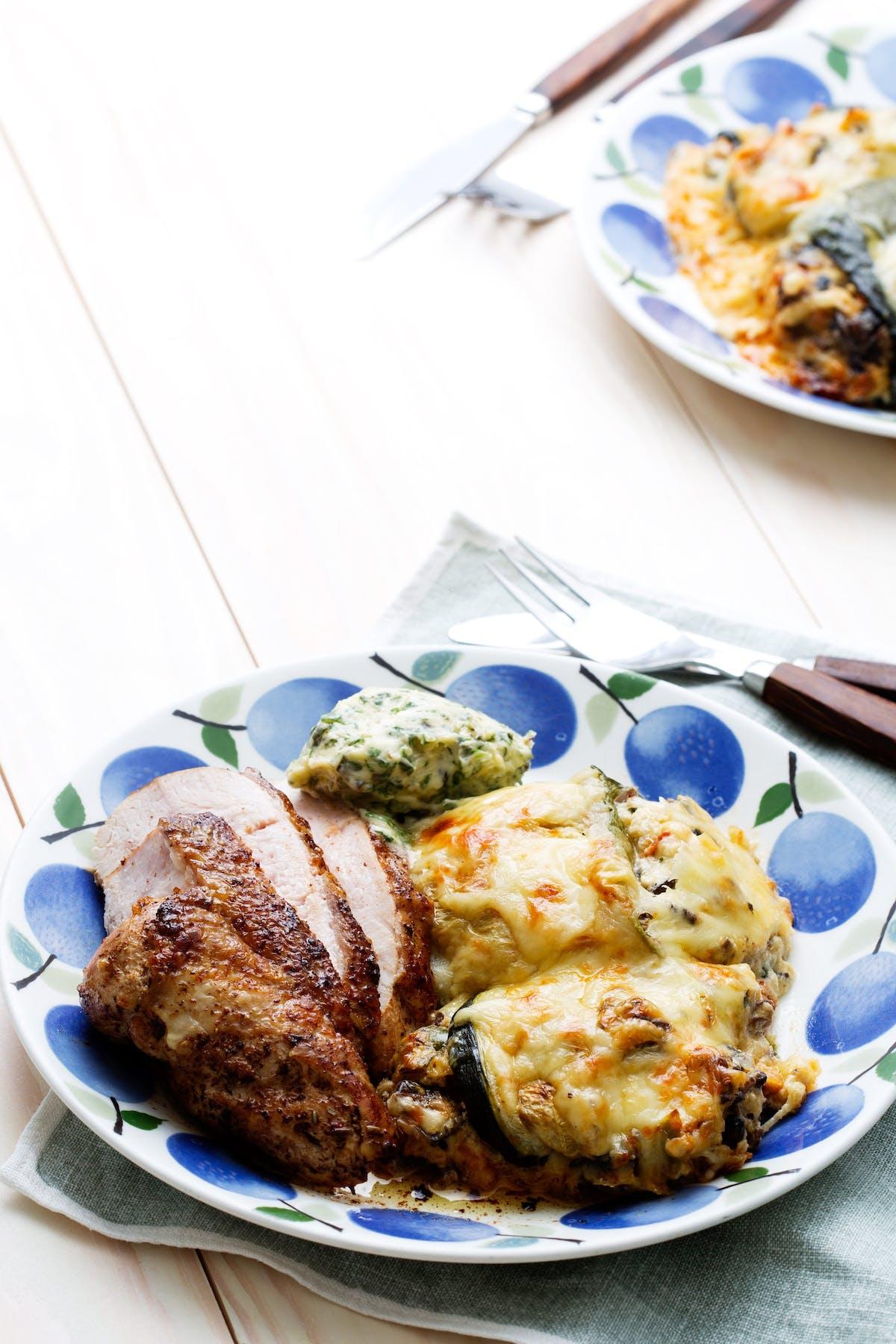Rollos keto de calabacín con pollo y mantequilla de hierbas