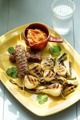 Brochetas de carne con cebollas parrilladas