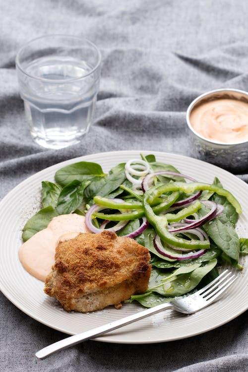 Crocante pollo keto asado con mayonesa barbacoa