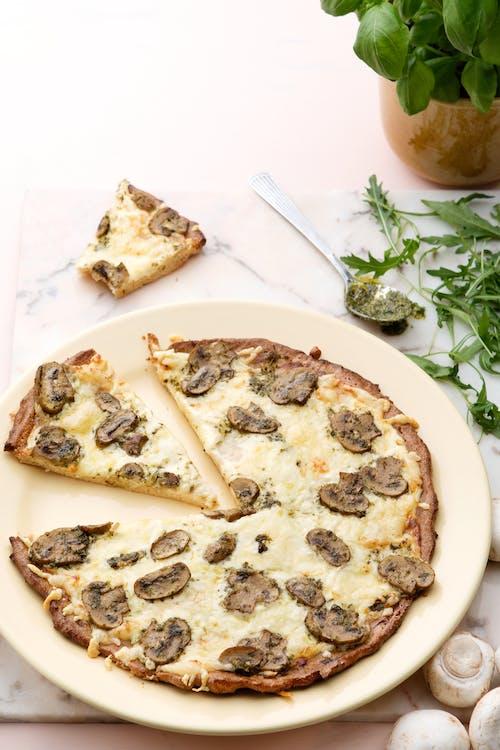 Pizza keto blanca con champiñones y pesto