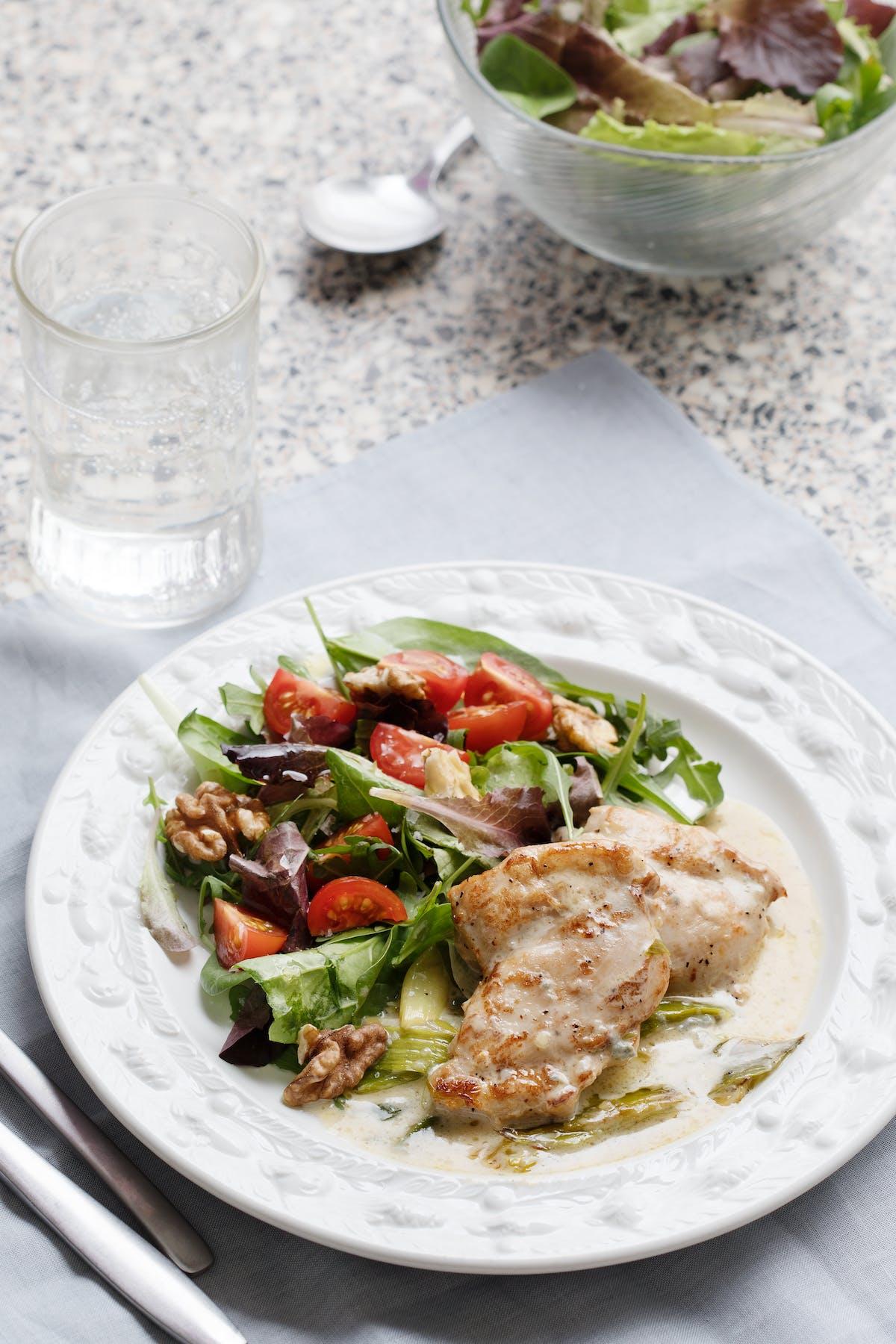 Pollo keto con queso azul y ensalada de nueces