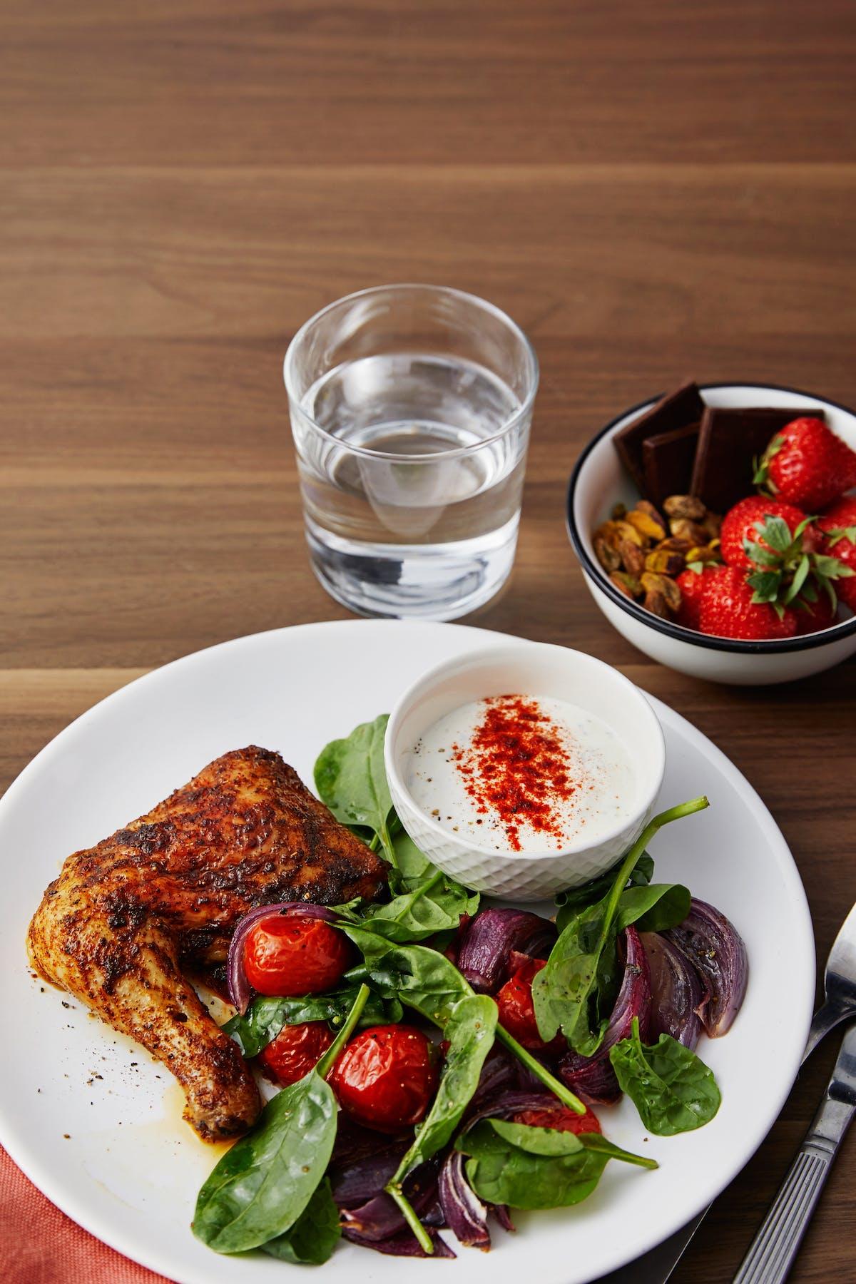 Pollo con verduras, salsa de pimentón y un postre