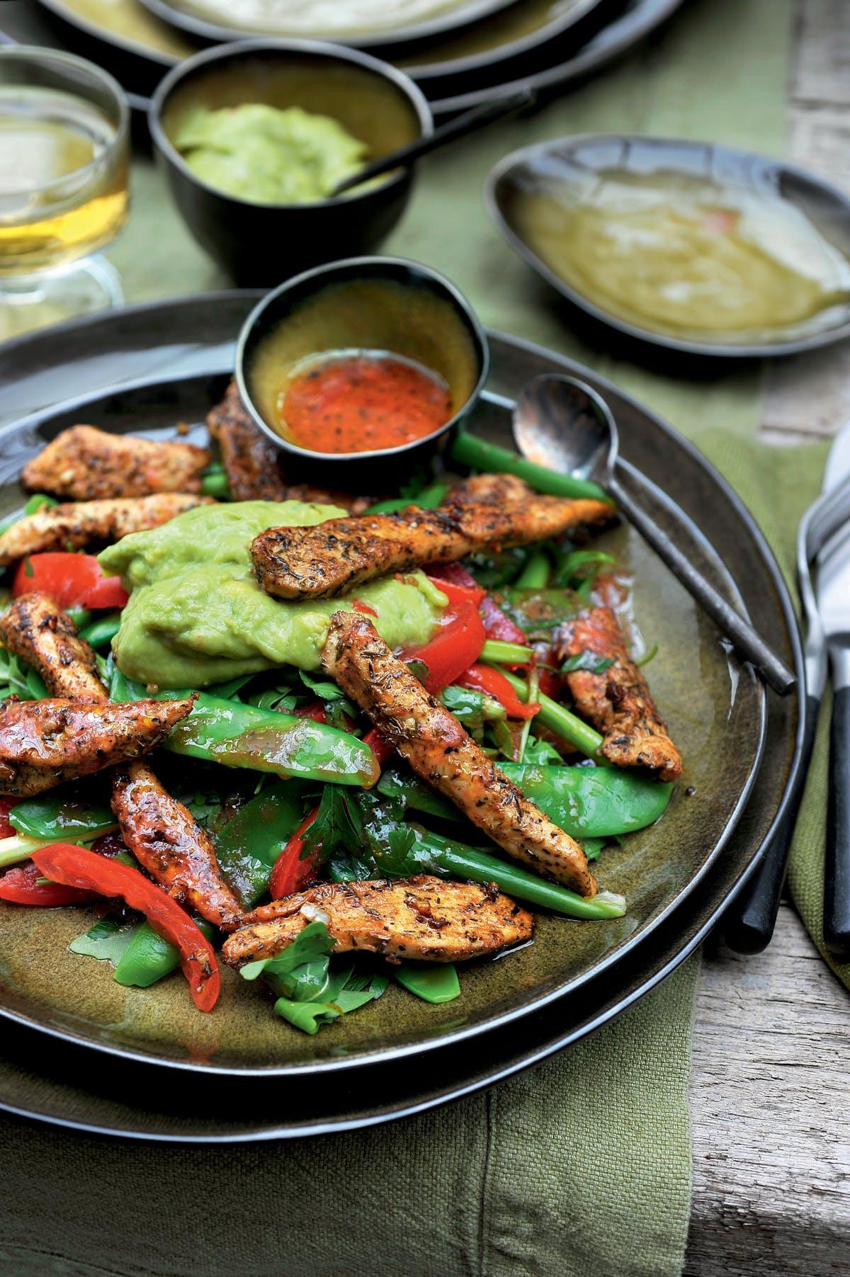 Ensalada cajún de pollo con guacamole