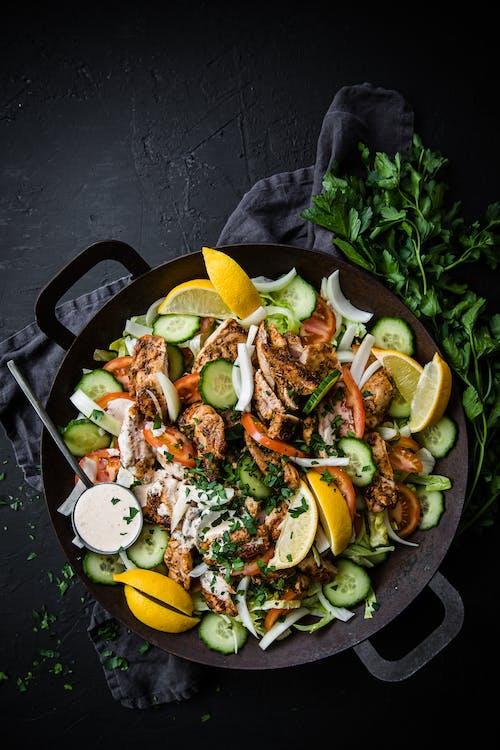 Ensalada gyros keto, con pollo y aderezo de limón y ajo