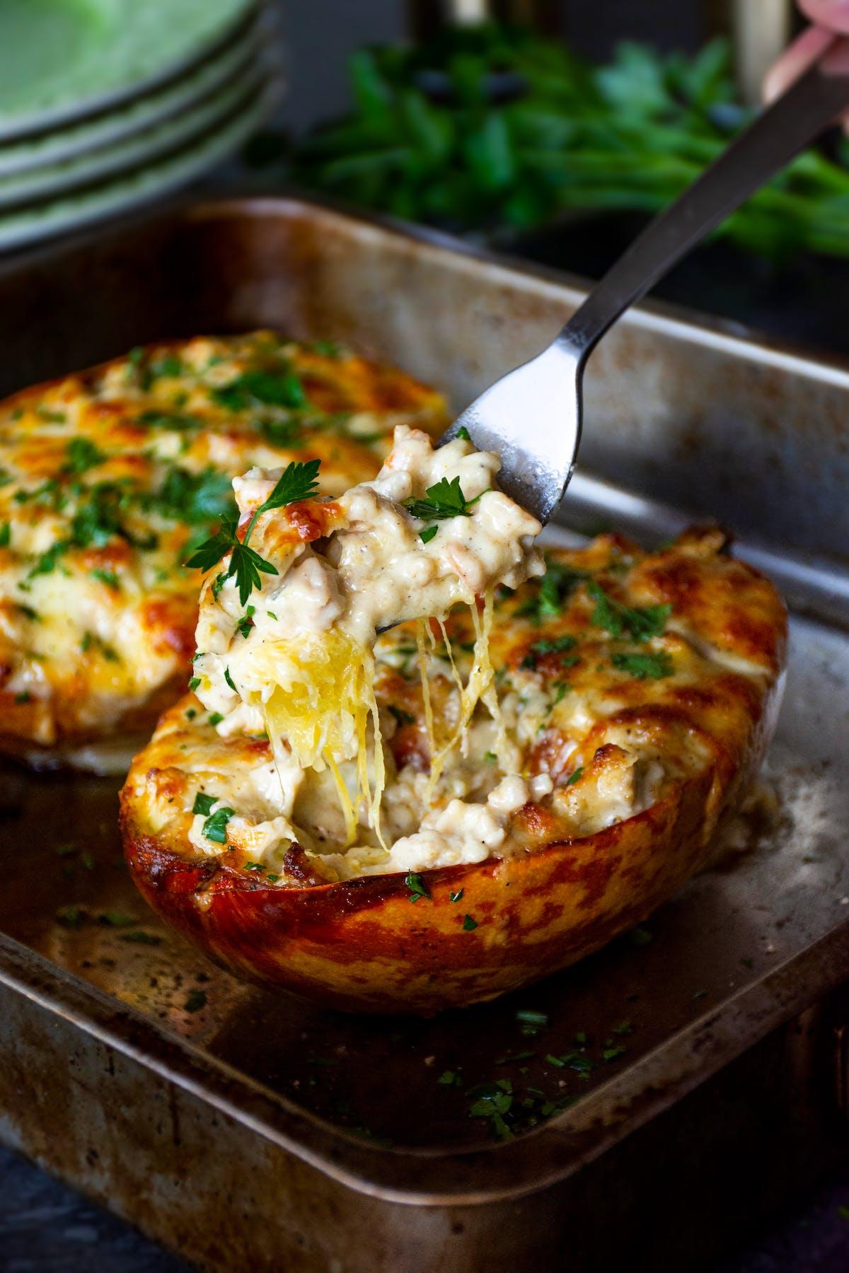 Pollo keto con queso y espaguetis de calabaza