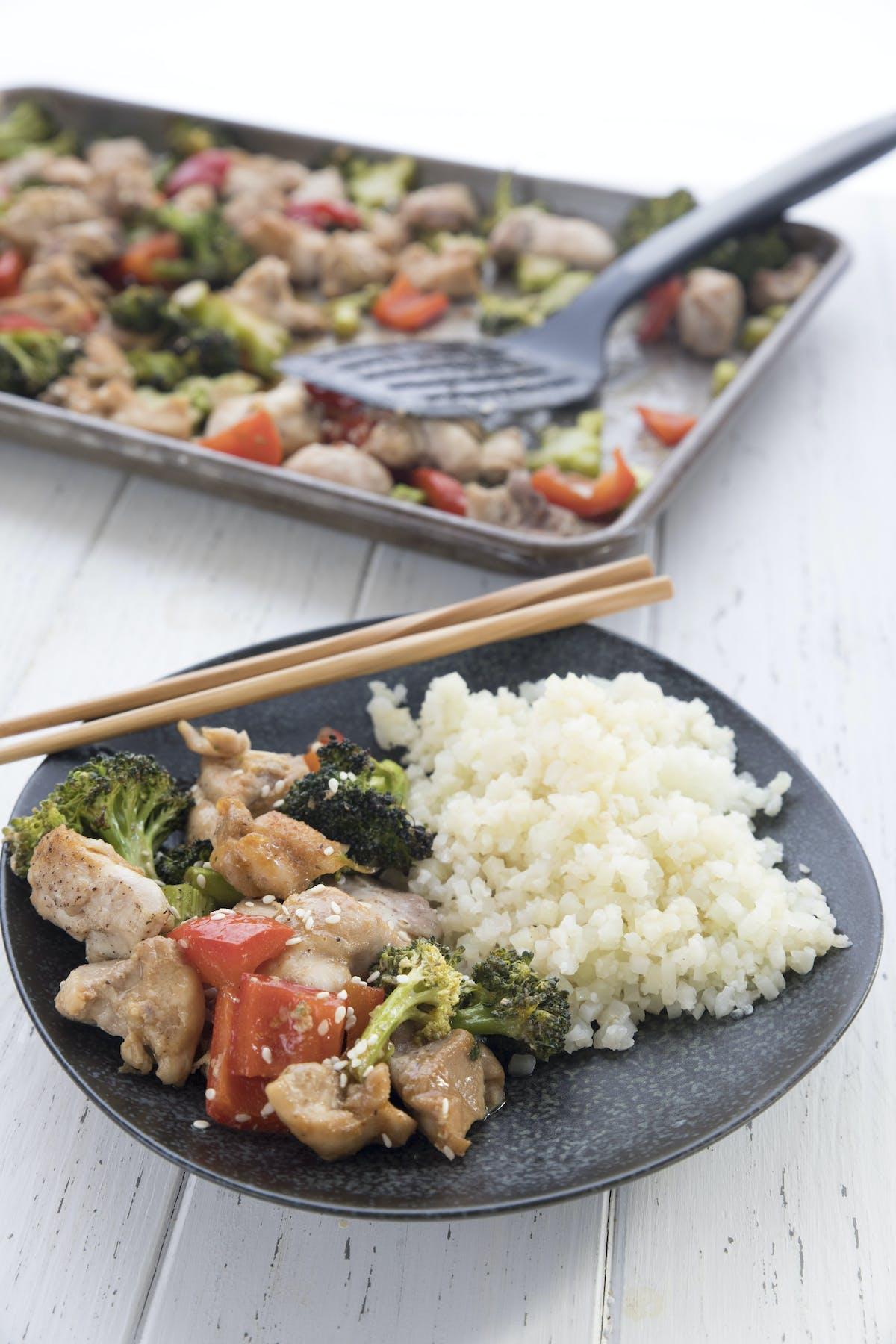 Pollo con sésamo y arroz de coliflor