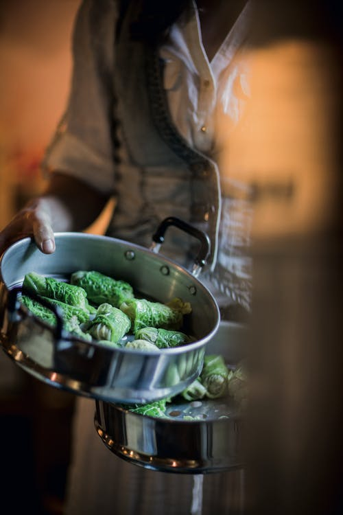 Rollitos de col con pollo, salsa de sésamo y soya para mojar