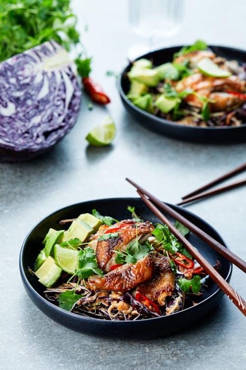 Pollo keto asiático con ensalada de col y cacahuetes