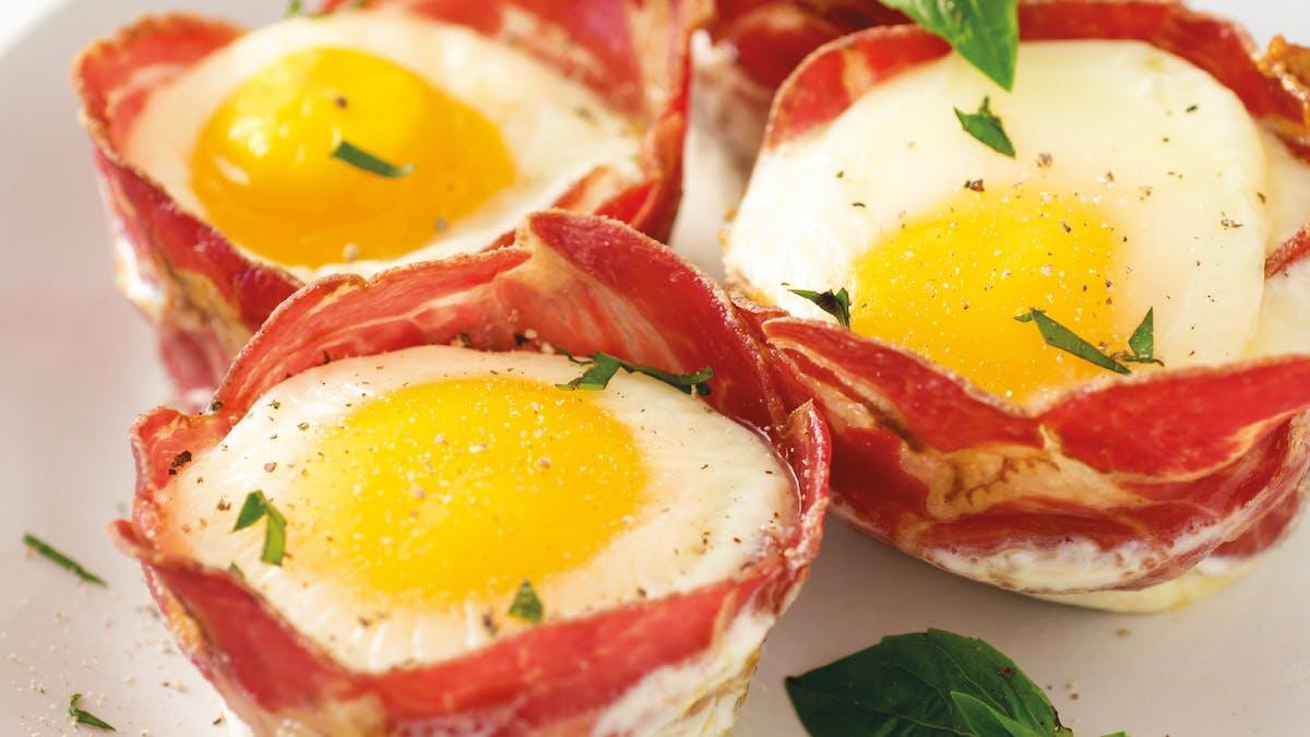 Huevos en tazas de jamón