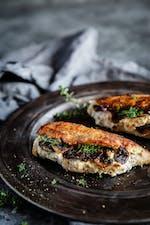 Pechugas de pollo rellenas de champiñones y queso ricota