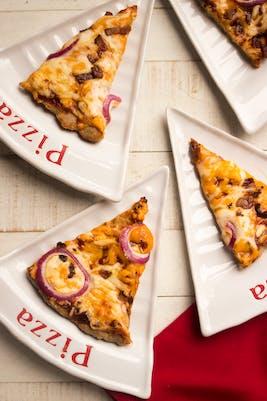 Pizza keto de pollo a la barbacoa con panceta