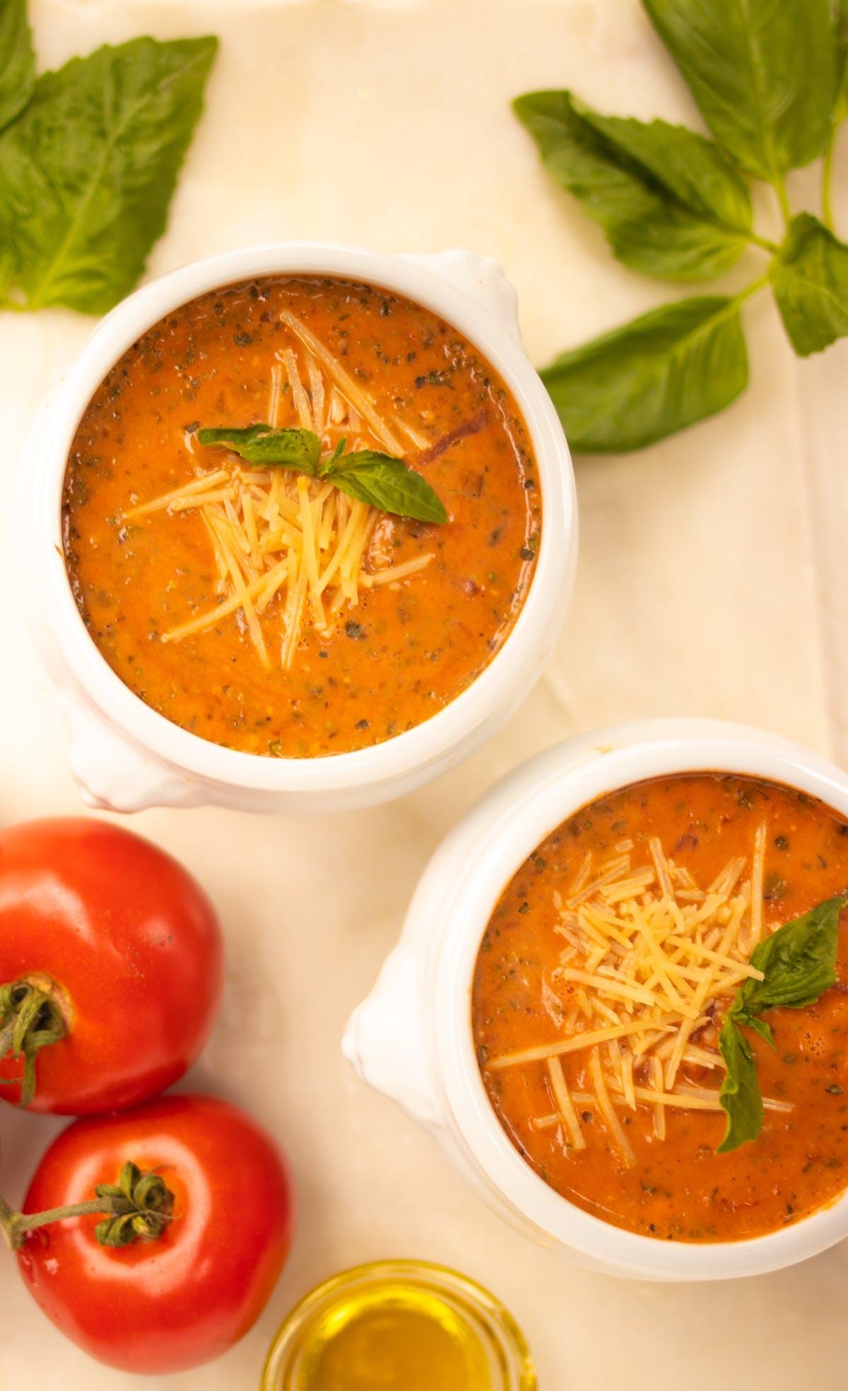Sopa de tomate, albahaca y queso parmesano