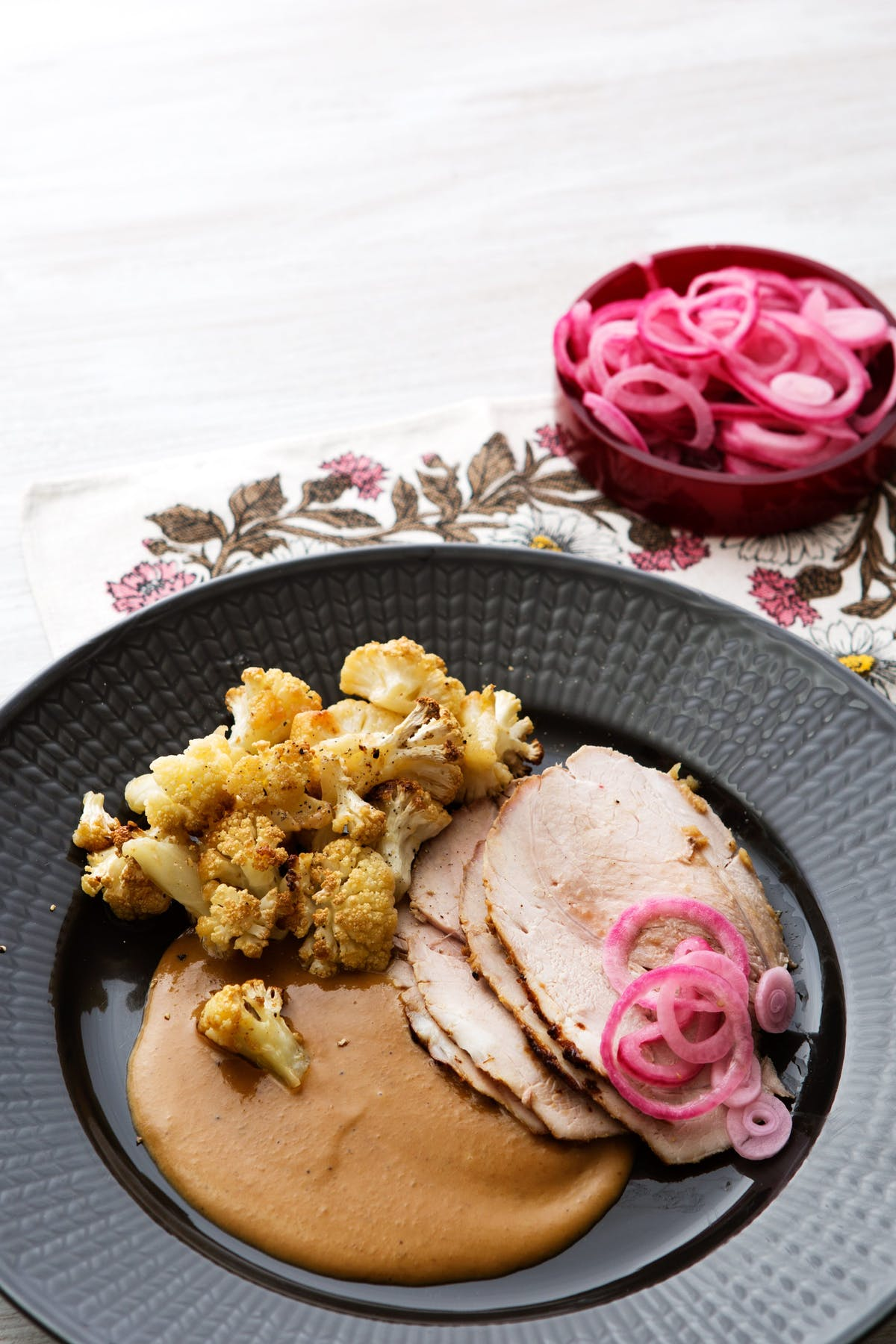 Cerdo asado con salsa cremosa y coliflor frita en mantequilla