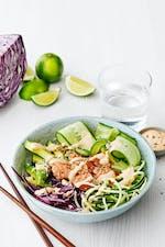 Poke bowl de salmón y espaguetis de calabacín