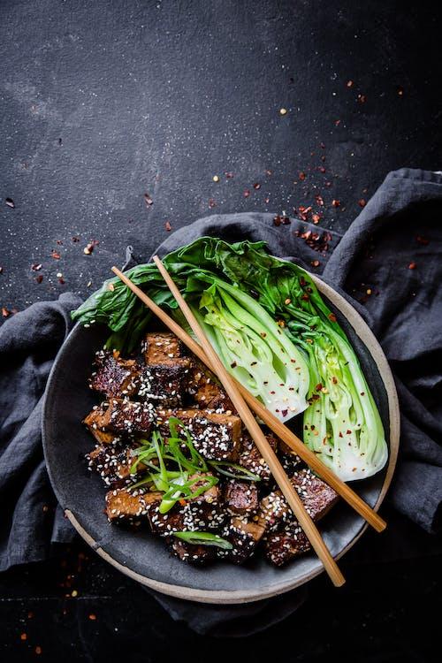 Tazón de tofu con ajo y sésamo