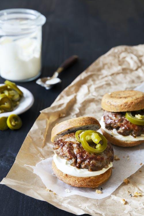 Mini hamburguesas keto de jalapeños