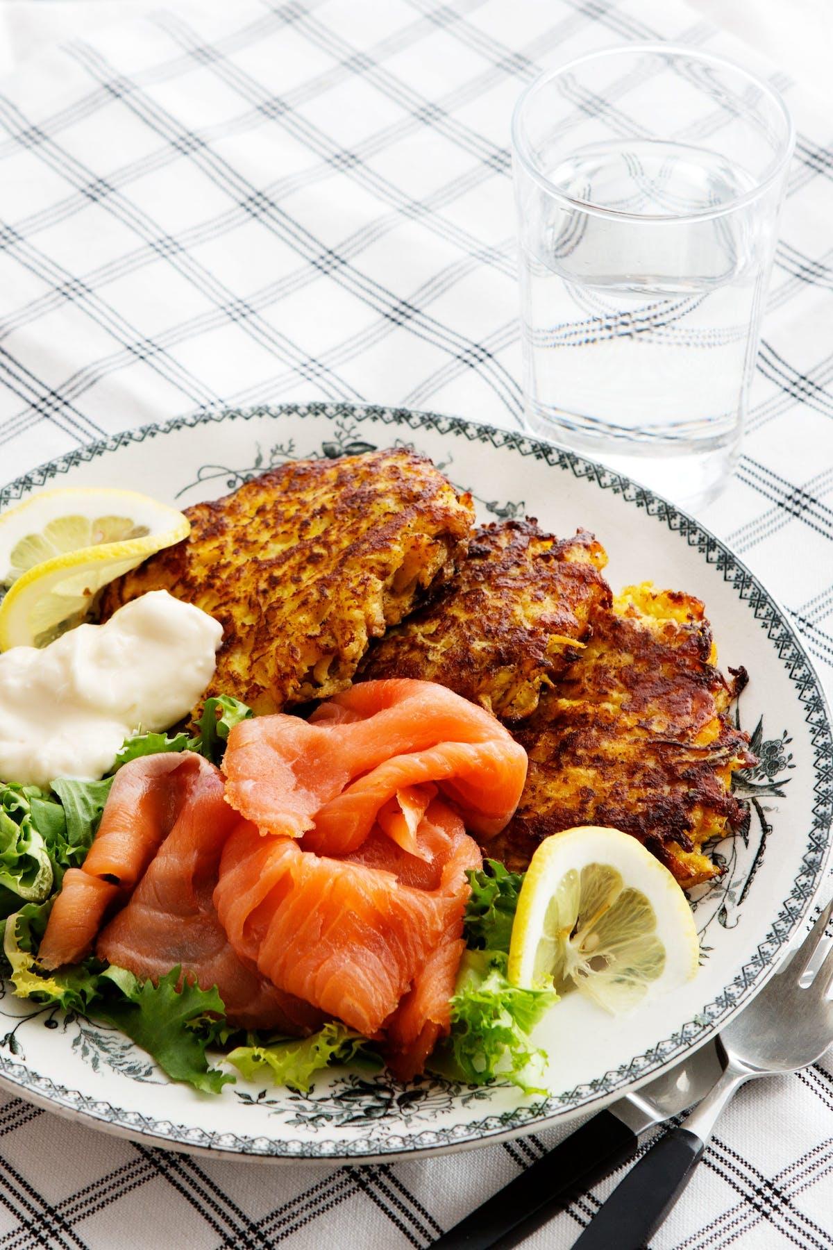 Buñuelos keto de colinabo con salmón ahumado