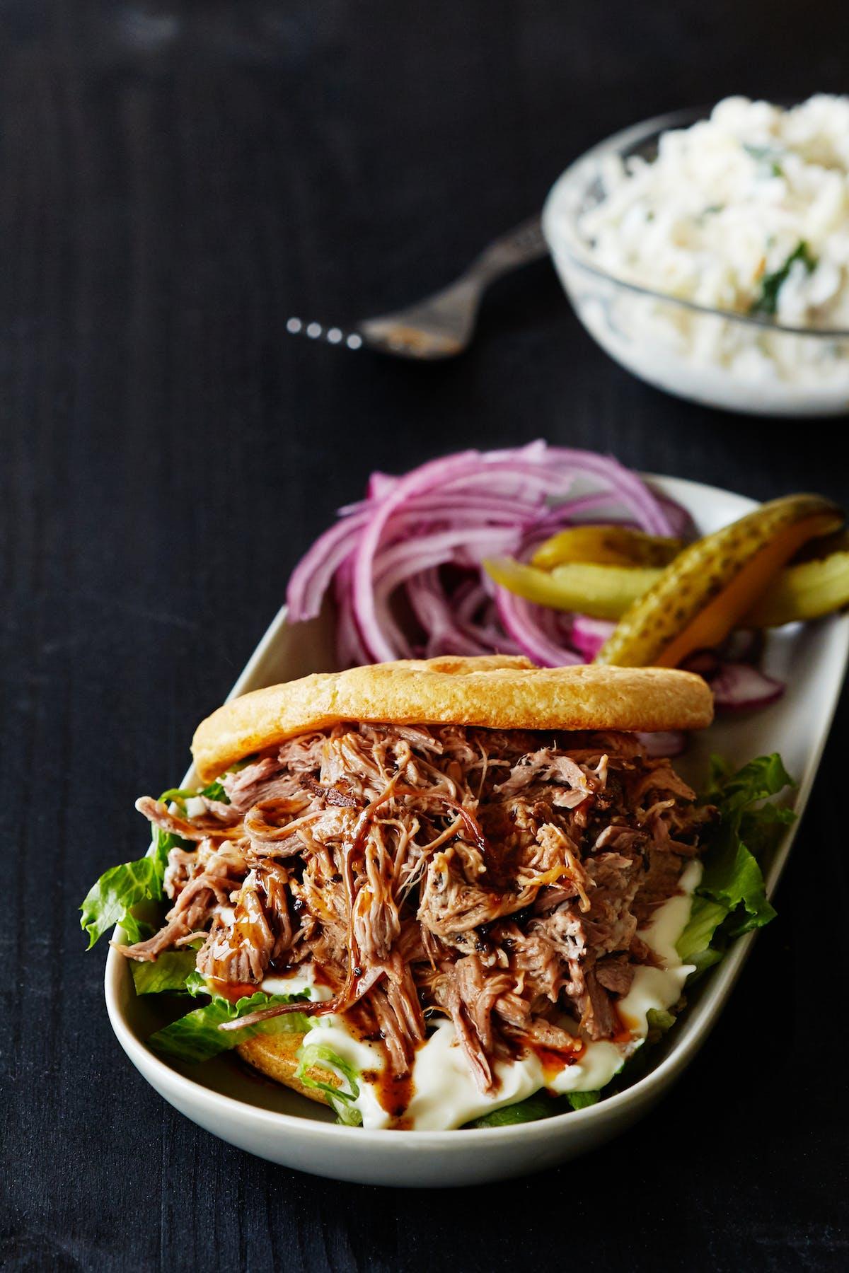 Sándwich keto de cerdo desmenuzado
