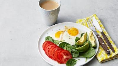 Desayuno sencillo con huevos fritos y verduras