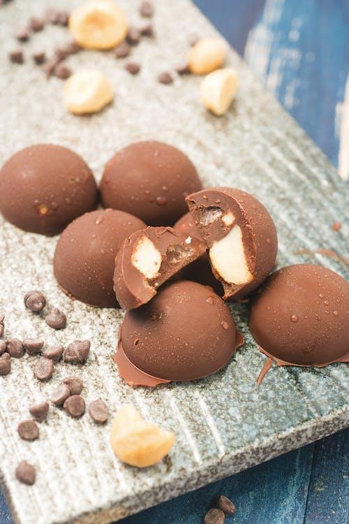 Bombas de grasa keto con chocolate y nueces de macadamia
