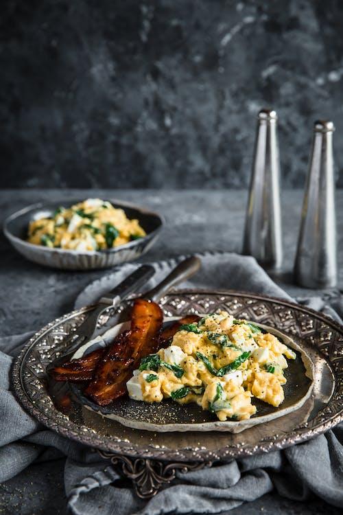 Desayuno de huevos revueltos con espinacas y queso feta