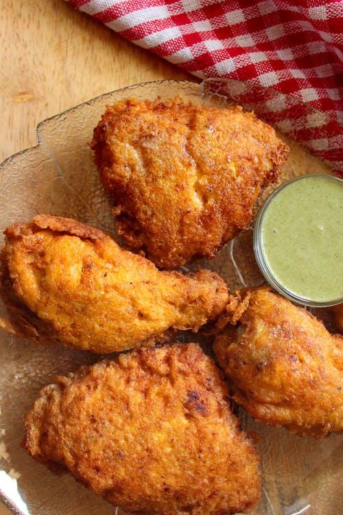 Pollo keto hindú farcha con salsa chutney