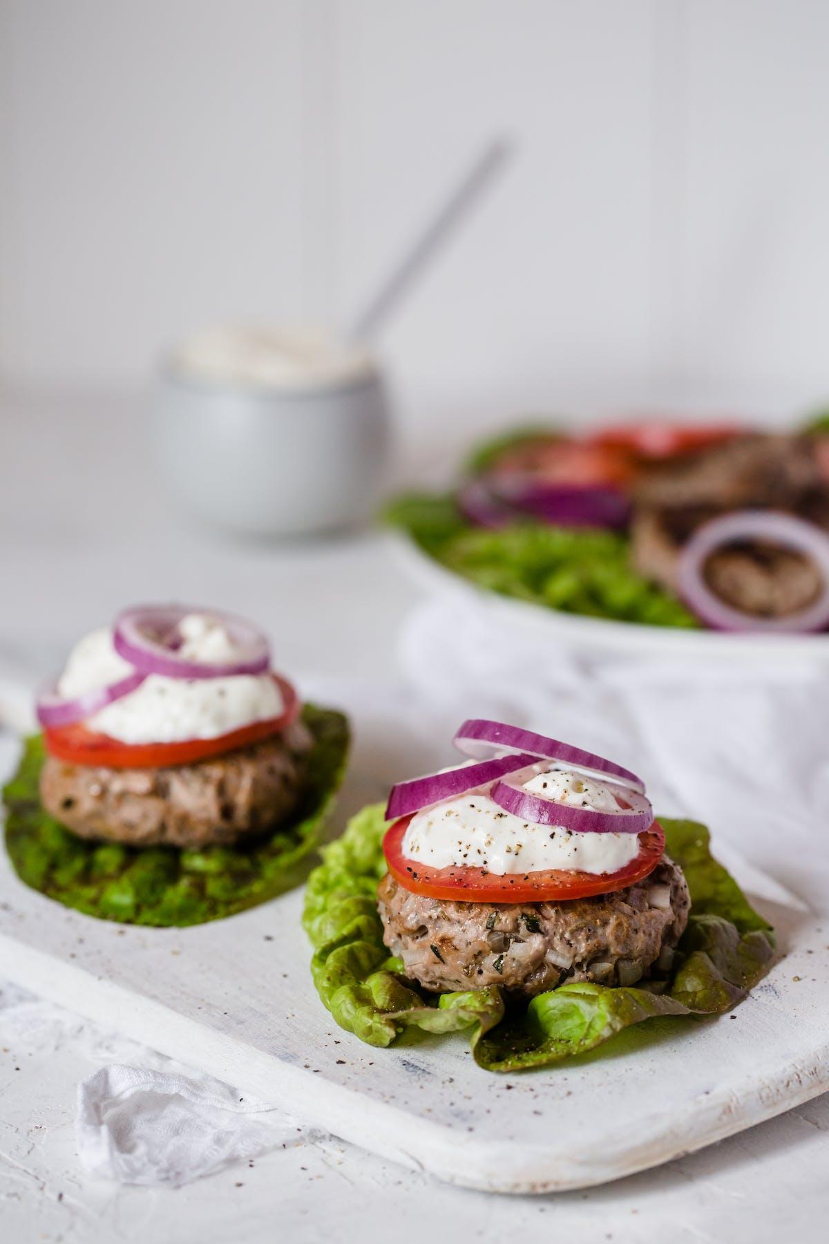 Mini hamburguesas de cordero con aderezo de queso feta