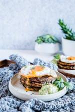 Buñuelos de calabacín y tocino, con huevo y mayonesa de aguacate