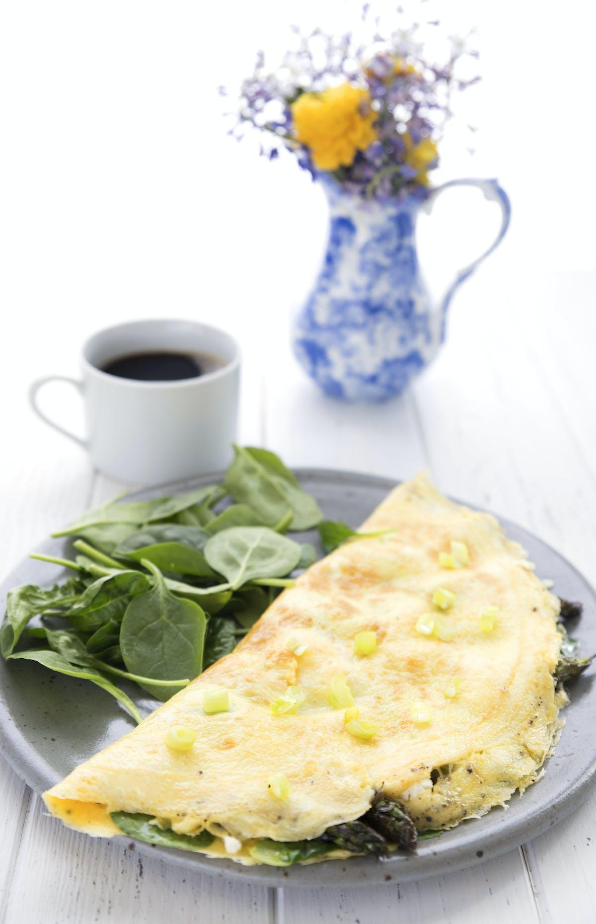 Omelette keto de verduras de primavera y queso de cabra