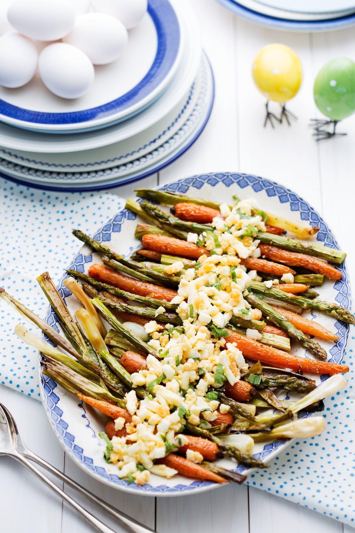 Verduras de primavera asadas con huevos y mantequilla