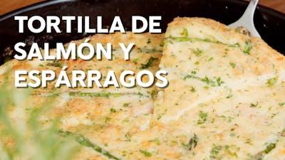 Tortilla keto de salmón y espárragos