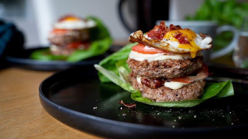 Hamburguesa de desayuno alta en proteína