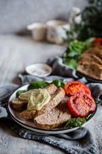 Pastel de carne keto a la italiana con tomates asados y mayonesa de pesto
