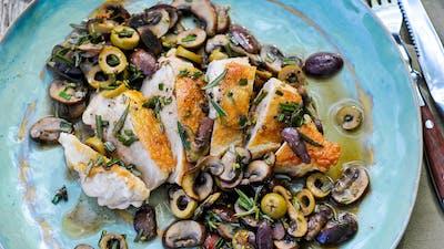 Pollo con aceitunas y champiñones