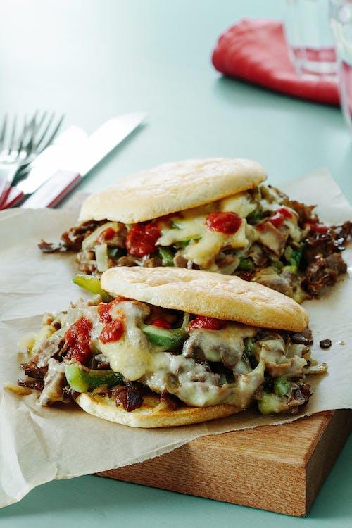 Sándwich low-carb de carne con queso