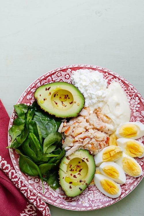 Plato keto de carne de cangrejo y huevos