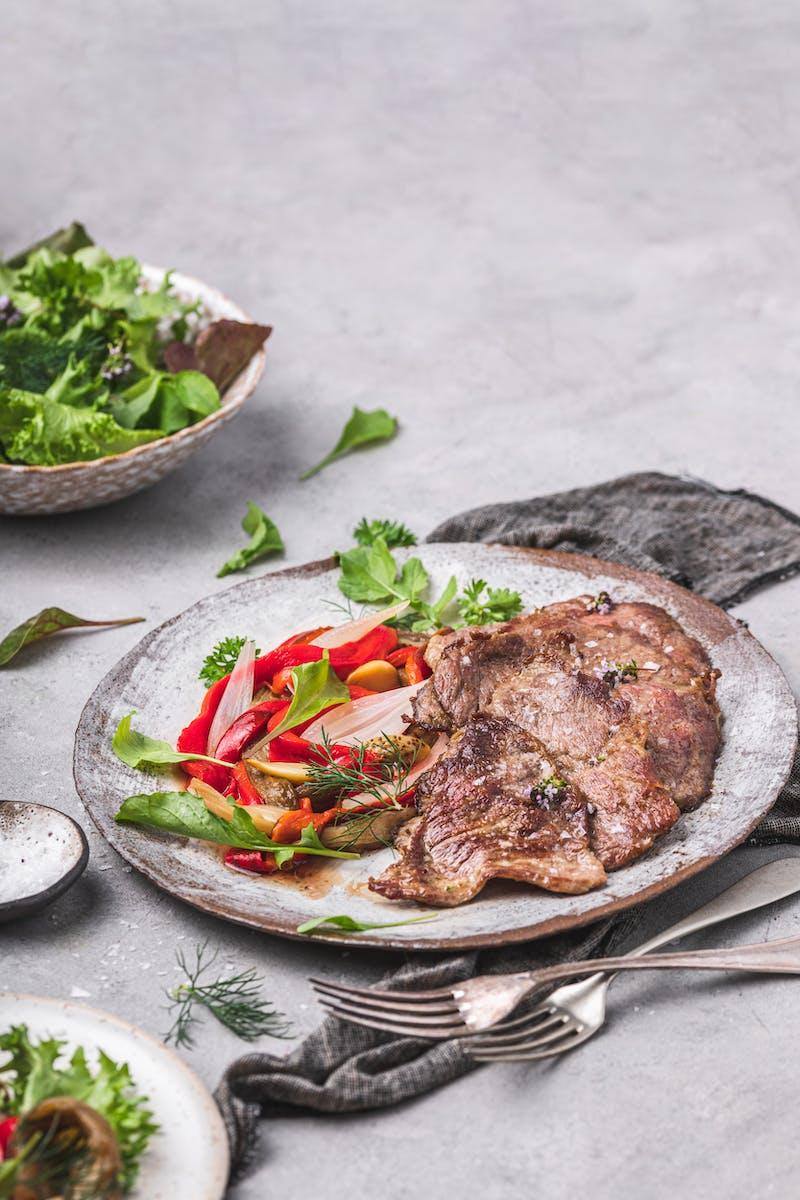 Plato de comida baja en carbohidratos - Secreto de cerdo con escalibada