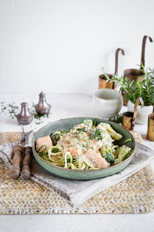 Salmón low-carb con espaguetis de calabacín y salsa de queso azul