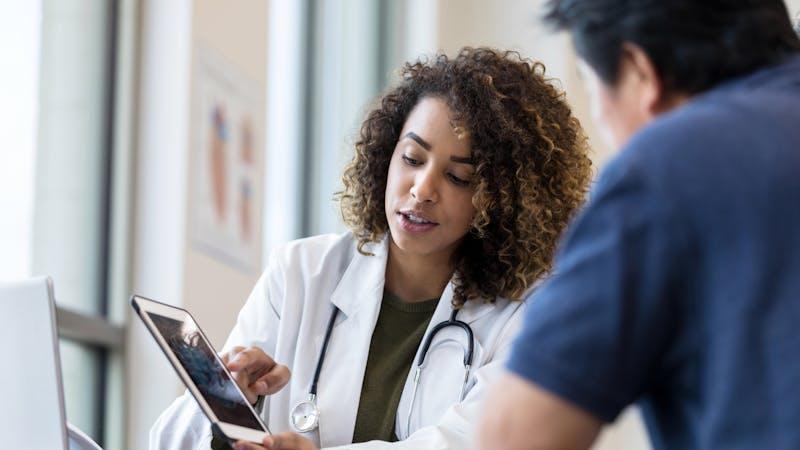 Médico usa tablet para mostrar resultados de rayos x