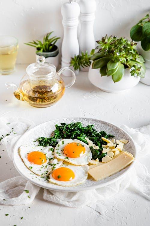 Desayuno vegetariano alto en proteínas con queso, huevos y espinacas