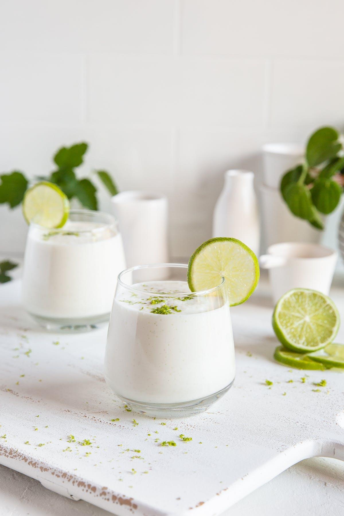 Exquisito smoothie de lima alto en proteínas