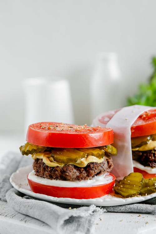 Hamburguesa keto con pan de tomate