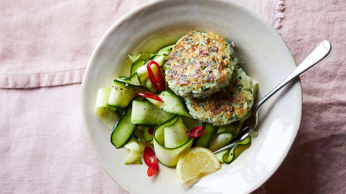 Pastelitos de pescado a las hierbas con ensalada de calabacín