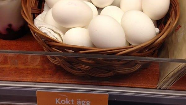 Plocka upp kokta ägg på ICA