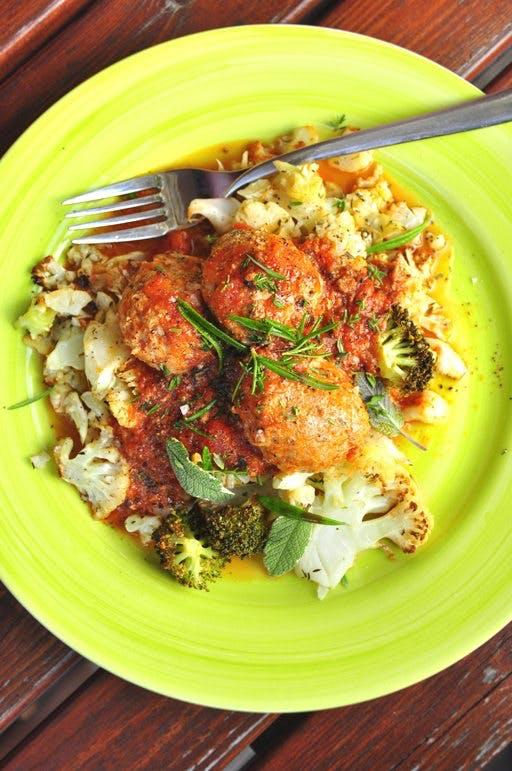 Kalkonfrikadeller i kryddig tomatsås med tapenade512